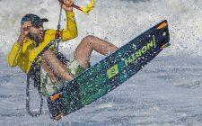 homme jouant au kit surf